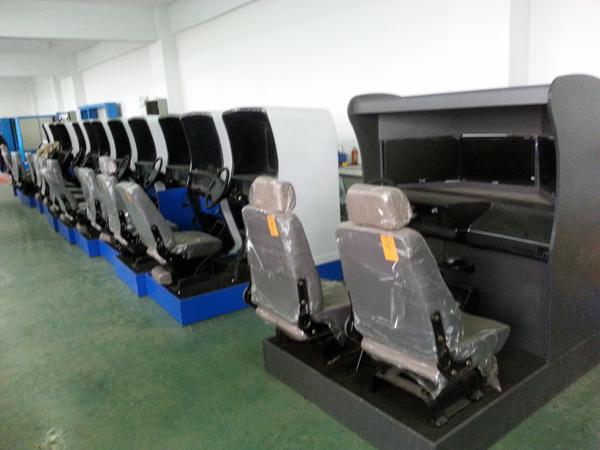 上海荣育教学设备有限公司是目前国内最大的汽车驾驶训练模拟器生产厂家之一,在训练模拟器领域,为汽车、飞机、船舶、铁路、机动车等交通工具的教育训练以及研究和开发一直走在同行前沿。每次在国内大型参展的机动车驾驶训练模拟器会展上均得到专家们的一致高度好评。我公司最新研制的RY-3P型汽车驾驶模拟系统以高速多媒体计算机实时生成数字化的三维立体彩色视景,产品采用三台19-26吋宽屏液晶显示器模拟驾驶,能真实仿真道路周围驾车环境,结合机械、电、光、磁、声等综合技术模拟实车特性,汽车驾驶时特别是发生紧急状态时的视景图象、